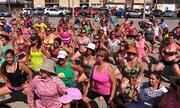 Educadora física ensina exercícios para a praia