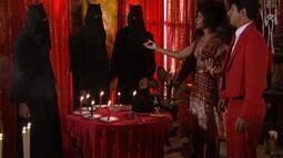 Clotilde faz um falso ritual de magia ibérica com Ricardinho e fotografa tudo