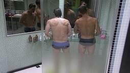 Jonas e João Mauricio tomam banho juntos