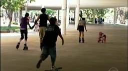 Estudantes aprendem a andar de skate na capital