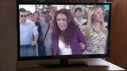 Pela TV, Haroldo descobre que Rosângela foi presa