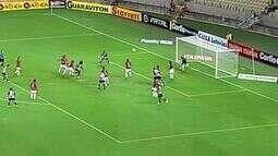 De cabeça, Sandro tem boa chance para o Ceará aos 25 minutos!