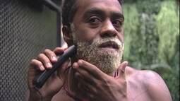 Douglas apara barba loira em frente ao espelho