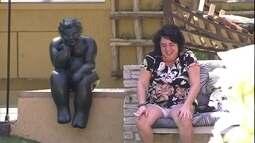 Mariza se assusta com estátua e xinga: 'Peste'