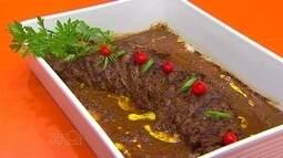 Aprenda a preparar filé-mignon ao molho de mostarda e batatas com bacon e cheddar