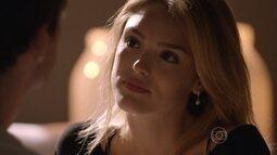 Júlia decide procurar seu pai biológico
