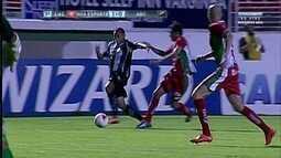 Reginaldo arranca pela direita e chuta para o gol, levando perigo para Fernando