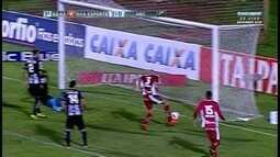 Rapahel Silva tem a chance de ampliar o placar para o Boa Esporte, mas fura e perde o gol