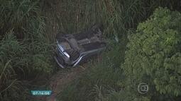 Carro cai em córrego às margens de rodovia, em Ribeirão das Neves