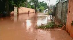 Rua do Bairro Patrimônio fica alagada após forte chuva em Uberlândia