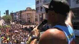 Muitas pessoas participam do tradicional desfile do Galo do Meio-Dia em Bagé, RS