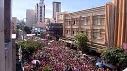 Então Brilha arrasta multidão de amarelo e rosa e milhares lotam as ruas de Belo Horizonte