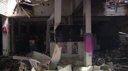 Proprietários de loja incendiada avaliam prejuízos um dia após o incidente