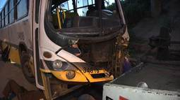 Ônibus despenca do viaduto em Salvador