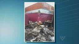 Moradores de São Vicente reclamam de um terreno cheio de lixo na Vila Margarida