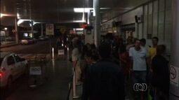Passageiros reclamam da demora para conseguir táxi no aeroporto de Goiânia