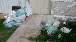 Com serviço de coleta 'comprometido parcialmente', lixo se acumula nas ruas de Caicó, RN