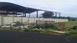Morador do Bairro Jardim Holanda reclama de lixo jogado em terreno de Uberlândia