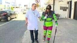 Repórter sai à rua usando roupa que simula as dificuldades de uma pessoa idosa em Vitória.
