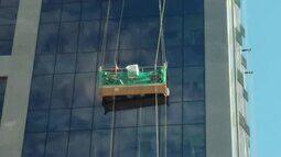 Vídeo mostra dupla pendurada no oitavo andar em prédio do DF