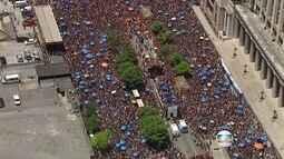 Multidão segue bloco da Anitta no Centro do Rio