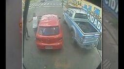 Vídeo mostra viatura da PM que passa ao lado de carro sendo roubado sem notar o crime