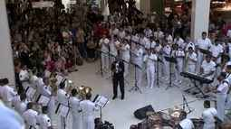 Músicos do grupamento de fuzileiros navais se apresentam no Shopping Iguatemi