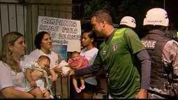 Mães de bebês com microcefalia recebem doações durante jogo no estádio do Arruda
