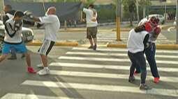 Atletas do boxe realizam campanha em busca de auxílio nas ruas, em Mogi das Cruzes
