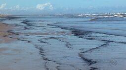 Banhistas encontram mancha de óleo na Praia da Atalaia