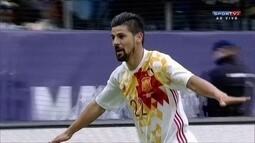 Gol da Espanha! Nolito pega o rebote, domina, bate colocado e marca, aos 10 do 1º tempo