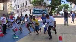 Com bandeja na mão, garçons participam de corrida no Recife