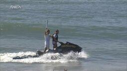 Tocha faz viagem de 60km até Porto de Galinhas e Carlos Burle surfa com símbolo olímpico