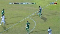 Marrone solta a bomba, a bola explode em Felipe e lateral vai a nocaute
