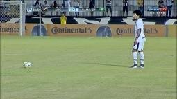 Marrone cobra falta, a bola é desviada e quase engana o goleiro Maringá
