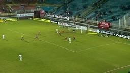 Rafinha chuta e bola fica com goleiro Oliveira aos 5 do 2º tempo