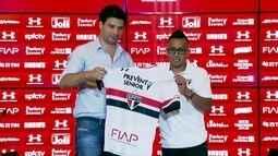 Cueva recebe camisa do São Paulo e tem dificuldade em encontrar o símbolo do Tricolor