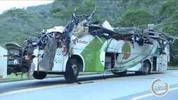 Perícia encontra falhas nos freios do ônibus que tombou na Mogi-Bertioga