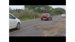 Rodovia que liga bairros de Arraial do Cabo, RJ, tem inúmeras irregularidades