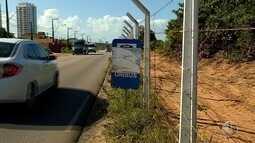 Paradas de ônibus sem abrigos e sinalização causam transtornos a usuários