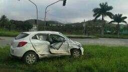 Família fica gravemente ferida após ter carro atingido por caminhão em Cachoeiro