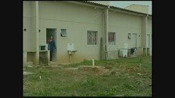 Moradores denunciam problemas na infraestrutura de casas populares em Balneário Rincão