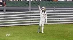 Lewis Hamilton faz a festa com a vitória em casa na Fórmula 1