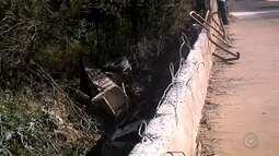 Caminhão cai de ponte em vicinal de Rosália em Marília