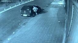 Homem com uma perna é visto furtando supermercado em Goiás
