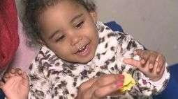Criança diagnosticada com paralisia cerebral luta por tratamento especializado