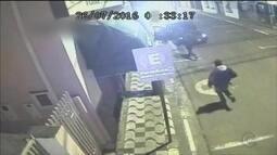 Grupo que atacou banco de Conchas chegou em três carros, mostra vídeo
