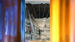 Parte de teto desaba e corredor de shopping fica alagado em Jaú