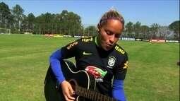 Zagueira da Seleção que gosta de cantar e tocar violão agita a concentração