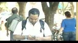 Uso de celular em espaços públicos pode facilitar ação de assaltantes